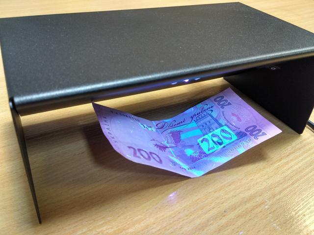 Свечение банкноты 200 гривен в ультрафиолетовом свете.