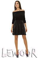 Черное платье с декольте из бархата и велюра