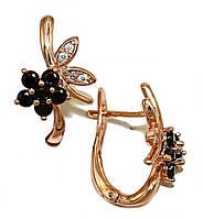 Сережки ХР позолота з червоним відтінком.Камені: чорний і білий циркон. Висота сережки 1,8 см. Ширина 11 мм.