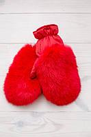 Теплые варежки красного цвета