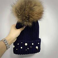 Женская теплая вязаная шапка с меховым бубоном (помпоном) и бусинами темно синяя