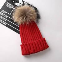 Женская теплая вязаная шапка с меховым бубоном (помпоном) красная