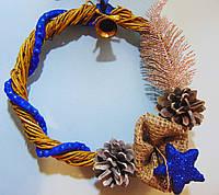 Новогодний венок натуральный с синим  декором 28 см