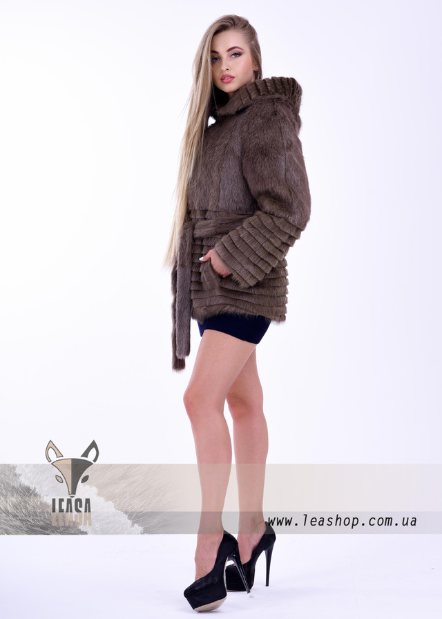 Короткая женская шуба с меховым воротником. ФОТО