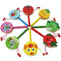 Малыш трясет погремушку колокольчик мультфильм деревянные барабанчик детские игрушка младенца