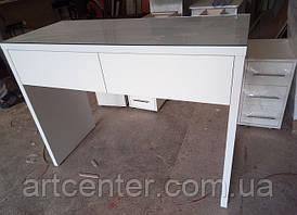 Белый столик с выдвижными ящиками и стеклом на столешнице для офиса, дома, салона красоты