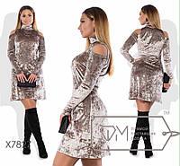 Женское приталенное платье с открытыми плечами до 54 размера ткань бархат муар бежевое