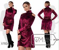 Женское приталенное платье с открытыми плечами до 54 размера ткань бархат муар бордовое