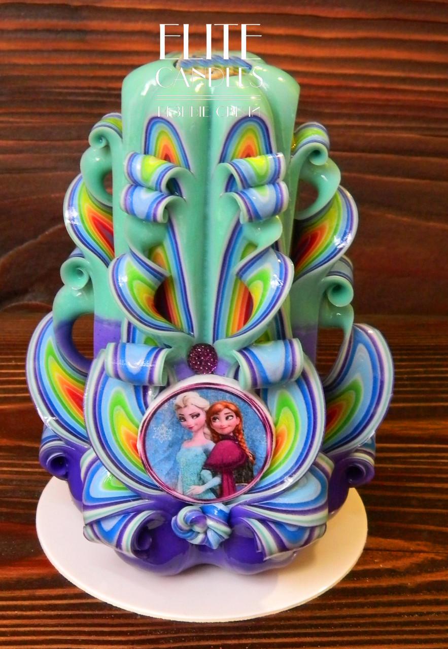 Свеча ручной работы, красиво украшена табличкой с картинкой снеговика