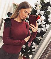 Женский свитер с украшением на плечах