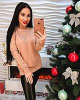 Красивый женский свитер с украшением жемчуг