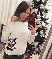 Красивый и теплый женский свитер с украшением