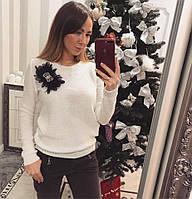 Красивый женский теплый свитер декорированный украшением