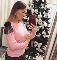 Красивый теплый свитер с украшением на плечах