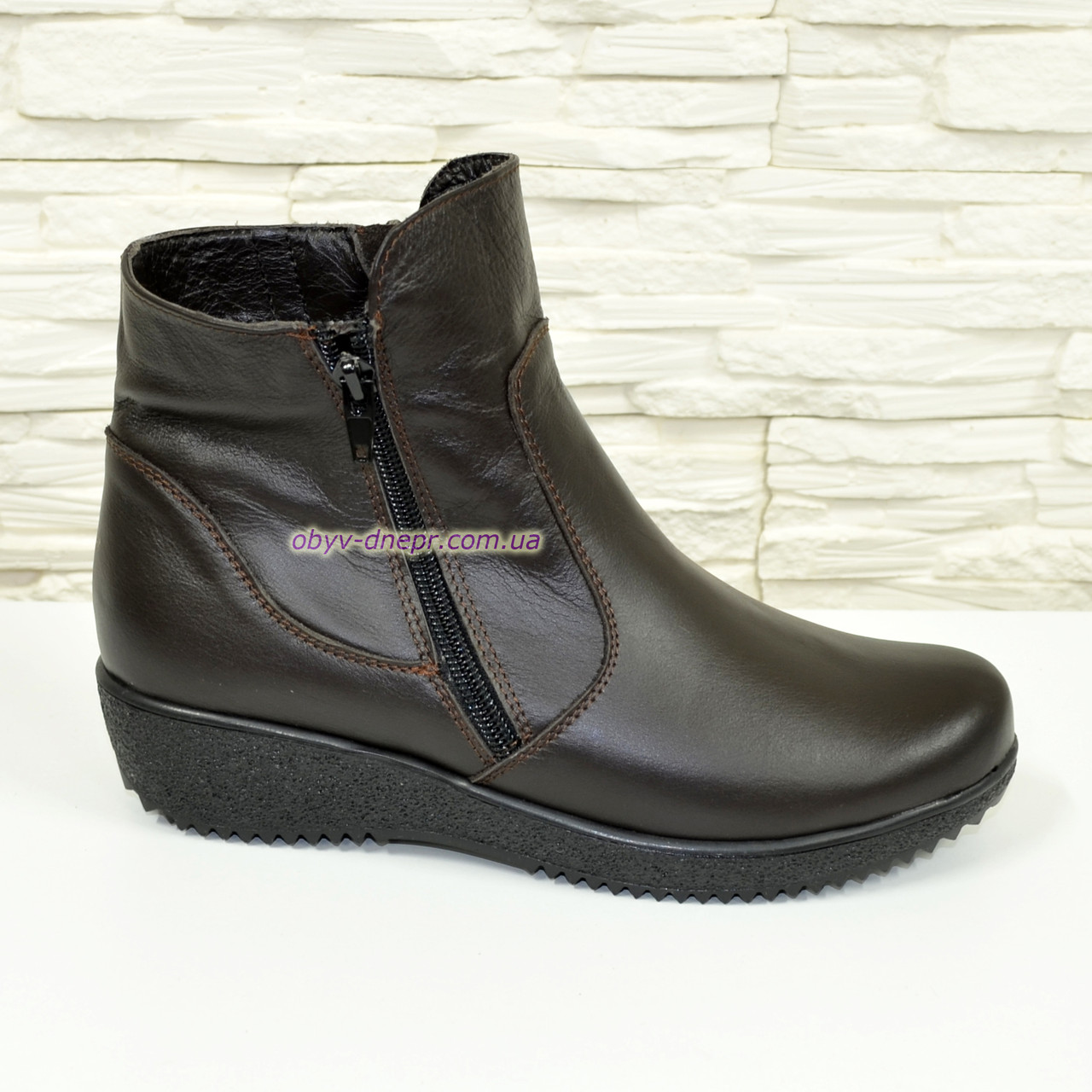 Ботинки демисезонные кожаные женские на невысокой танкетке, коричневый цвет.