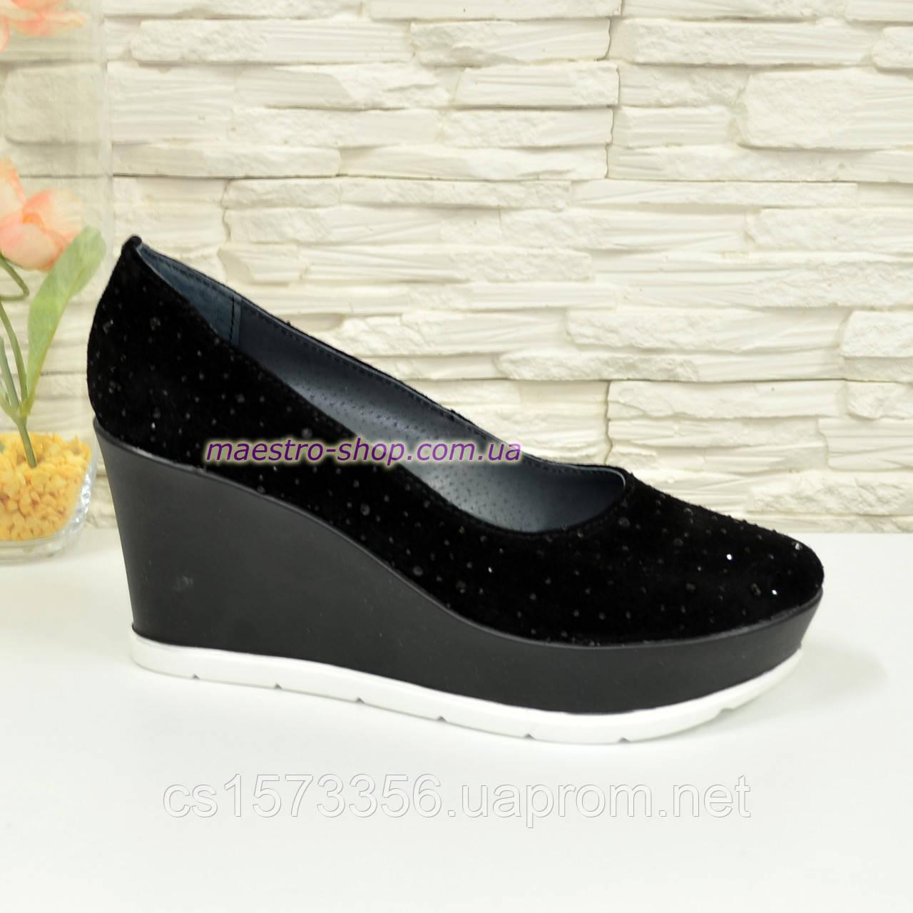Туфли женские черные замшевые на платформе, декорированы камнями.