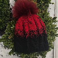Женская шапка крупной вязки черно красная с натуральным помпоном (песец)