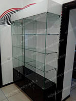 Витрина выполнена из стекла, белого глянцевого ДСП и черного глянцевого ДСП
