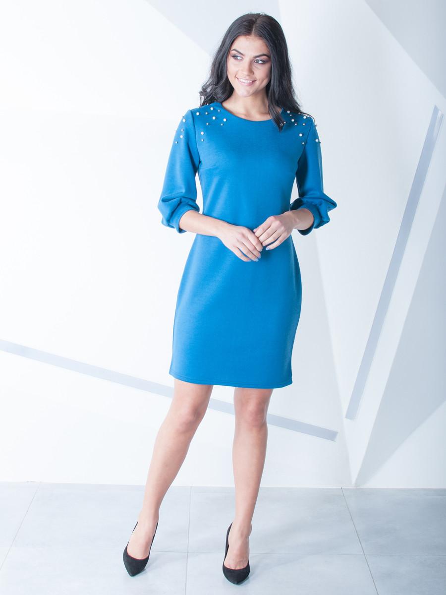 Красивое женское платье с бусами