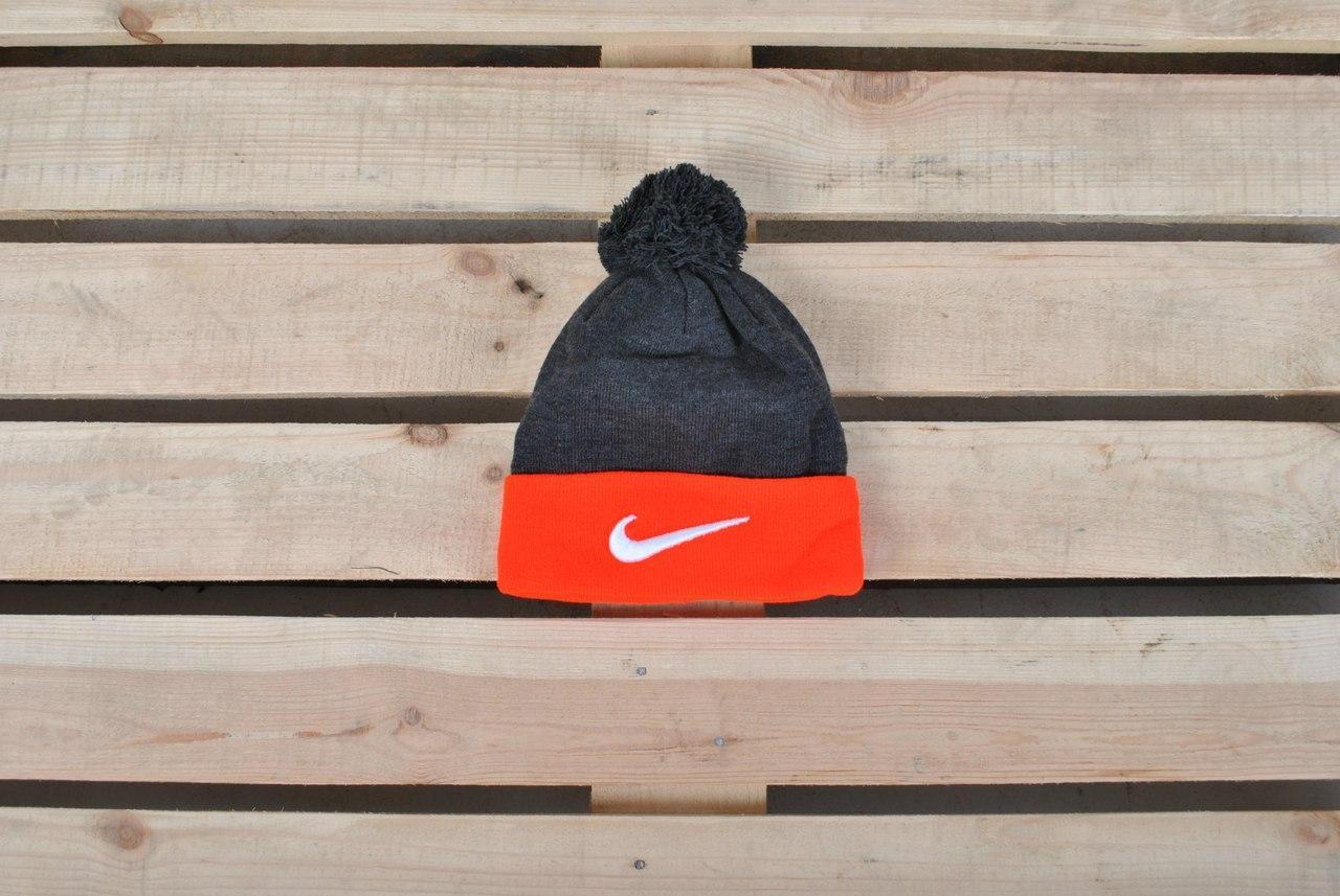 ea4d6777 Зимняя шапка найк (Nike) с помпоном красно-серая реплика купить в ...