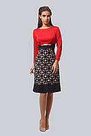 Платье свободного, зауженного к низу силуэта с мягким высоким воротом-стойкой и длинными втачными рукавами
