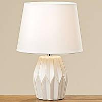 Лампа выполнена в белом цвете из керамики