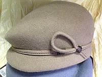 Женская кепка  из фетра разных цветов с ободком переходящий в петельку.