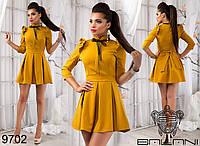 Женское платье приталенного силуэта с воротником-стойка, декорировано кружевом и оборками.
