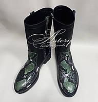 Женские черные полусапожки с зеленым питоном