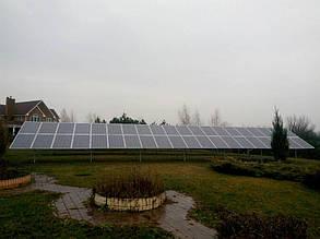 смонтированное поле солнечных батарей на наземной оцинкованной конструкции