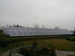 общий план установленных трех столов наземной солнечной электростанции