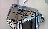 Кованый козырек-навес над входной дверью в дом
