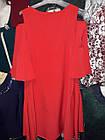 Женское платье на плечах с вырезами