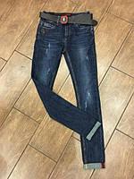 Стильные молодежные женские джинсы с поясом царапки