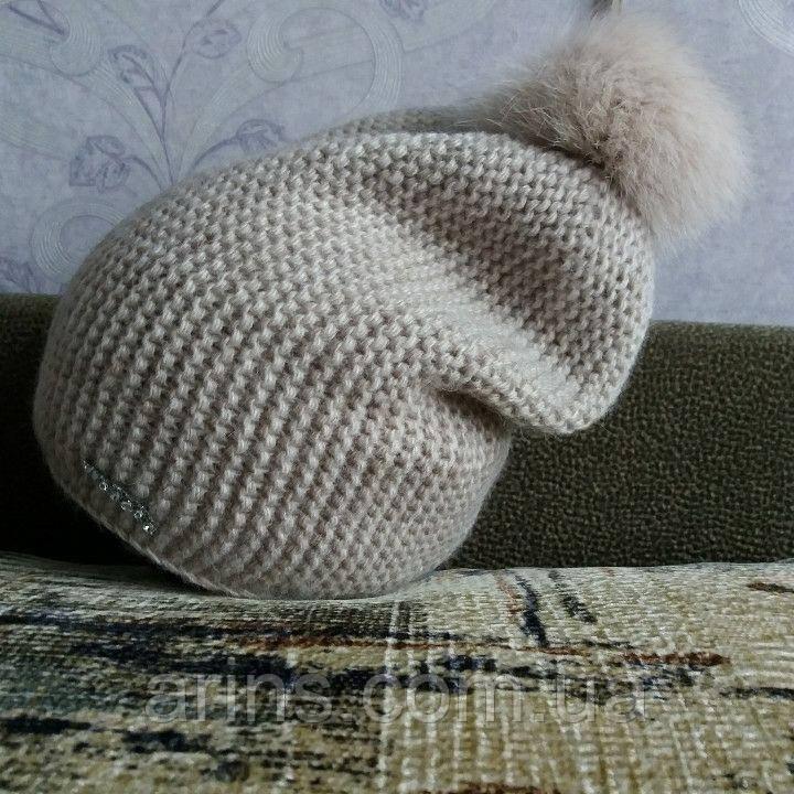 вязаная шапка бежевого цвета с бубоном из натурального меха песца