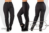 Спортивные штаны приталенные высокой посадки из плащёвки на флисе с лампасами из рибаны, косыми карманами и эластичным поясом с застёжкой X7865