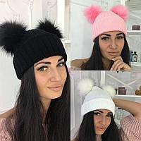 Стильная тёплая женская вязаная шапка с меховым бубонами чёрная
