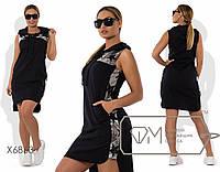 Платье-толстовка мини прямое из стрейч-льна без рукавов с воротом-поло на шнуровке, капюшоном и отделкой пайеткой X6863