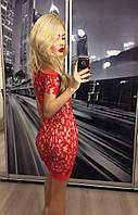 Женское приталенное платье до колена красного цвета из ткани гипюр