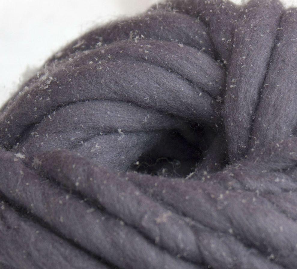 Товста пряжа ручного прядіння. 100% вовна 21-23 мкрн. Колір: Сталь.