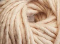 Толстая пряжа ручного прядения. 100% шерсть 21-23 мкрн. Цвет: Телесный.