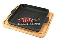 Чугунная порционная квадратная сковорода 18х18х2,5см на прямоугольной подставке (ольха) с углублением BRIZOLL