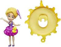 Маленькая кукла принцесса Рапунцель , плавающая на круге