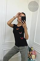 Женская футболка с небольшим принтом