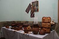 Изделия, посуда и сувениры из керамики с национальной символикой.