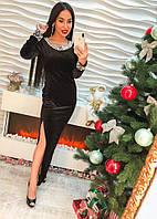Красивое длинное черное бархатное платье с жемчугом.