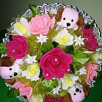 Букет из 3х мягких собачек и 13 - и цветов из конфет
