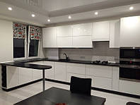 Современная большая кухня в белом цвете
