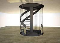 Винтовая лестница с металлическим ограждением.