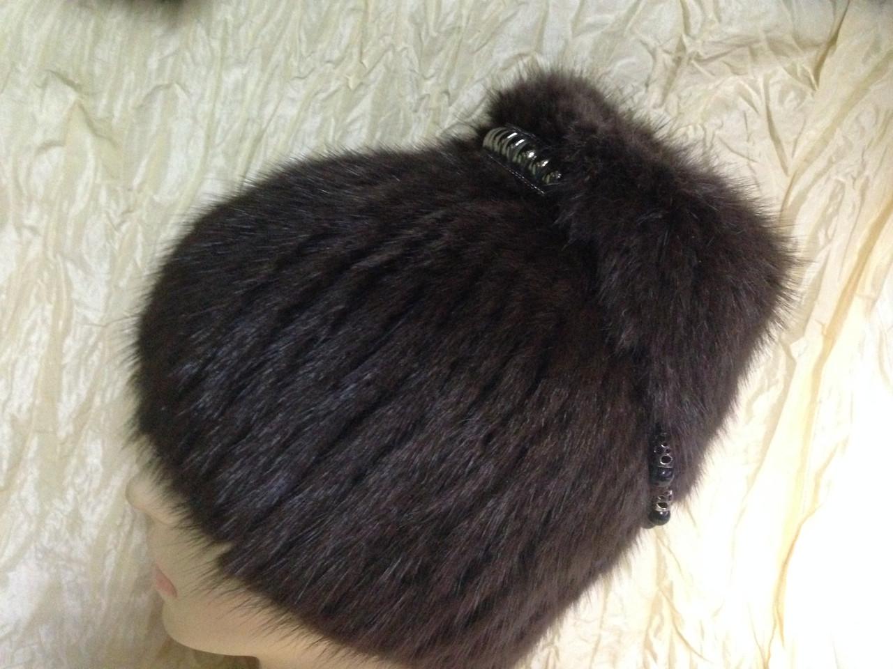 Меховая коричневая шапка из ондатры с ремешком из бусами